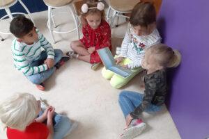 Groep 3 leest voor aan de kleuters