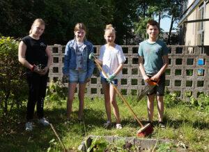 Leerlingen zijn aan het tuinieren